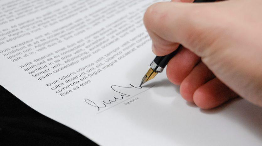 Un contrato de arras es uncontrato privado firmado por el comprador y el vendedor de una propiedad con el que se garantiza la penalización de la parte que no cumpla el acuerdo.